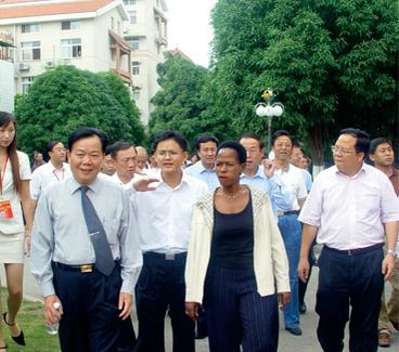 2005年11月联合国副秘书长安娜博士参观新兴苑小区